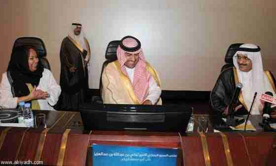 الأمير خالد بن بندر والأمير تركي بن عبدالله والدكتورة سعاد يماني أثناء التبرع