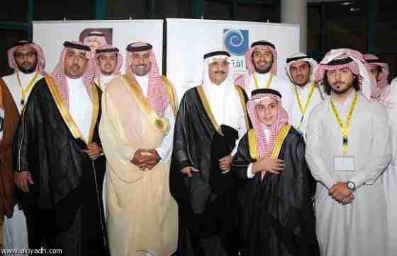 أمير الرياض ونائبه في صورة جماعية مع منسوبي الجمعية